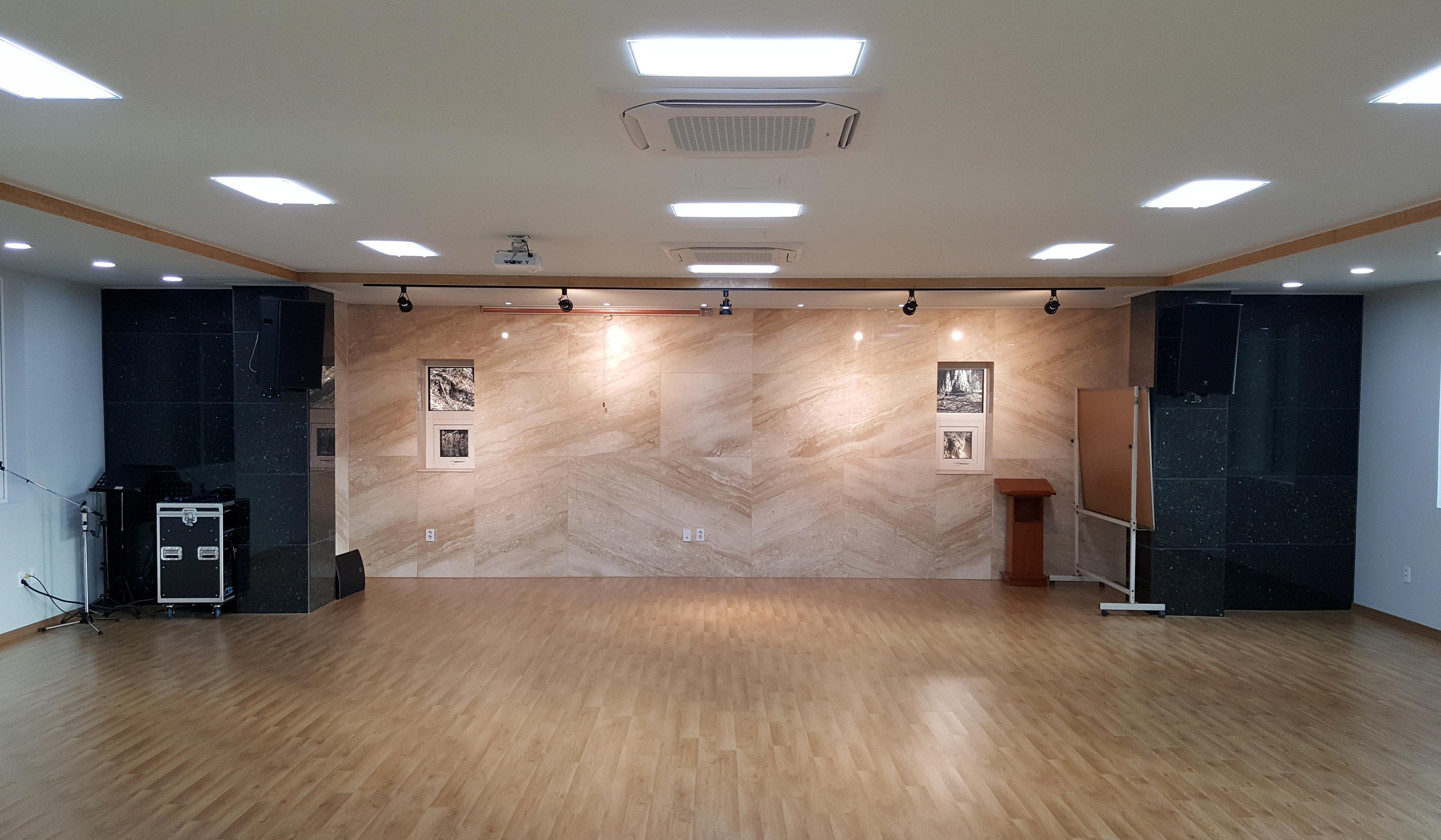 단풍나무관 1층 예배실정면